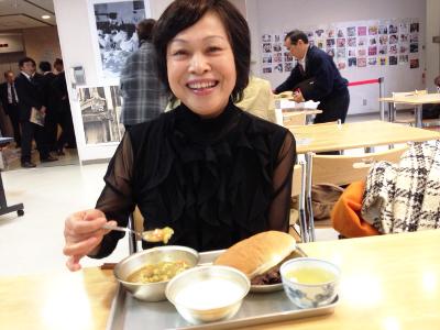 食事をとる門田洋子
